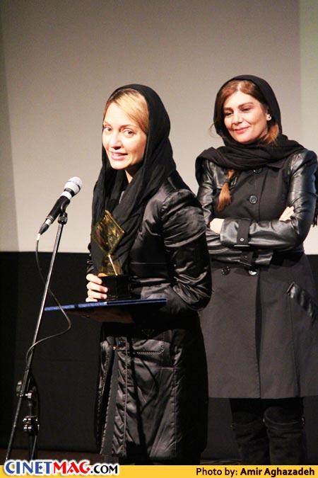 هنگامه قاضیانی (اهدا کننده جایزه) و مهناز افشار برنده جایزه بهترین بازیگر نقش اول زن برای بازی در فیلم
