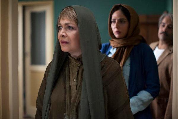 رعنا آزادی ور و بیتا فرهی در نمایی از فیلم