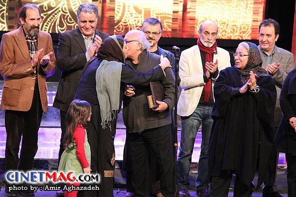 علیرضا داوودنژاد در حال اهدا جایزه خود به دخترش زهرا داوودنژاد - مراسم اختتامیه سی و یکمین جشنواره فیلم فجر - سالن همایش های برج میلاد - 22 بهمن 91
