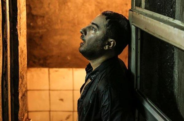 نوید محمدزاده در نمایی از فیلم «متری شیش و نیم»