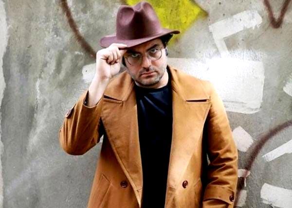 سام درخشانی در نمایی از فیلم «پالتو شتری» ساخته مهدی علی میرزایی