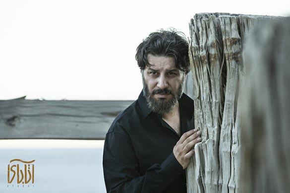 جواد عزتی در نمایی از فیلم سینمایی «آتابای» ساخته نیکی کریمی