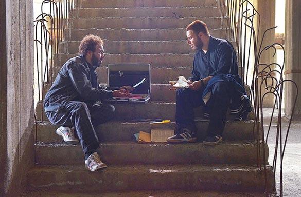 رضا عطاران و جواد عزتی در نمایی از فیلم سینمایی
