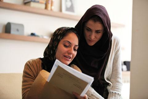 ویشکا آسایش و مهناز افشار در نمایی از فیلم