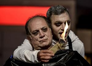 صابر ابر و آتیلا پسیانی در نمایی از تئاتر کالیگولا