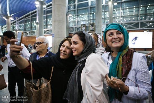 ترانه علیدوستی در برگشت از فستیوال کن به ایران در فرودگاه امام خمینی