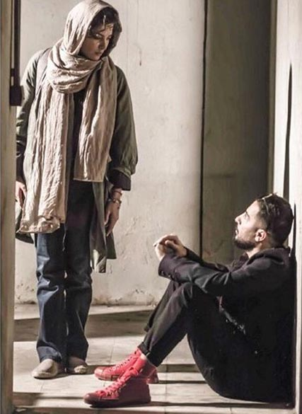 نوید محمد زاده و طناز طباطبایی در نمایی از فیلم سینمایی «خشم و هیاهو» به کارگردانی هومن سیدی