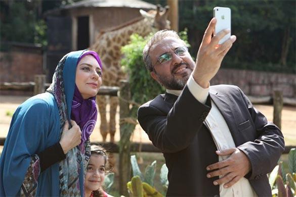 رضا عطاران و یکتا ناصر در نمایی از فیلم سینمایی