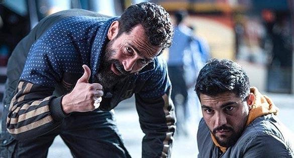 هادی حجازی فر و سینا مهراد در نمایی از فیلم سینمایی